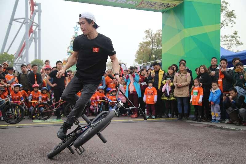 世界猴子炫技同台武汉小小滑骑跑迷酷在这里冠军视频素材图片